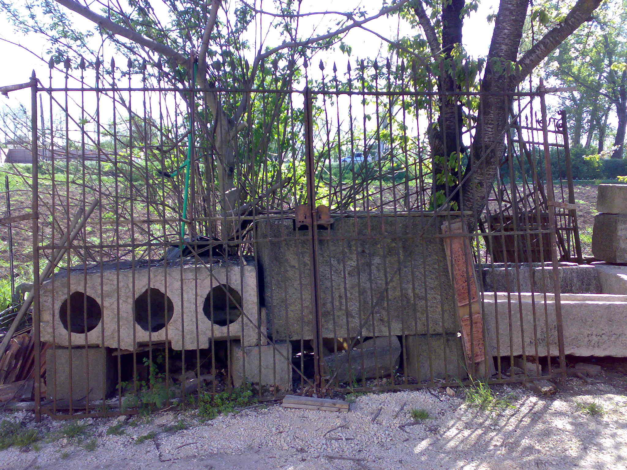Cancelli antichi in ferro battuto recupero materiali for Mobili da giardino in ferro antichi