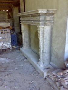 camino antico in marmo con venature grige