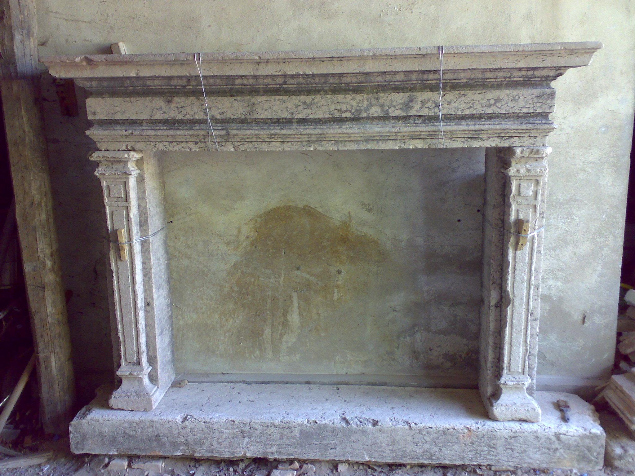 Camino in marmo bianco con venature grige - Recupero Materiali