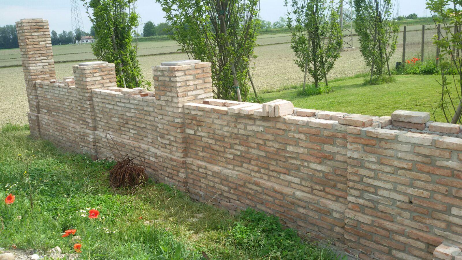 Muro di confine recuperato con mattoni d 39 epoca recupero materiali - Mattoni per muro esterno ...