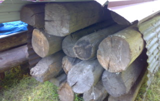 travi in legno antico quadtrate tonde da recupero materiali 01