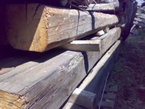 travi in legno antico quadtrate tonde da recupero materiali 02