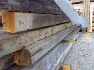 travi in legno antico quadtrate tonde da recupero materiali 05