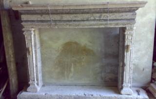 camino antico in marmo con venature grige2